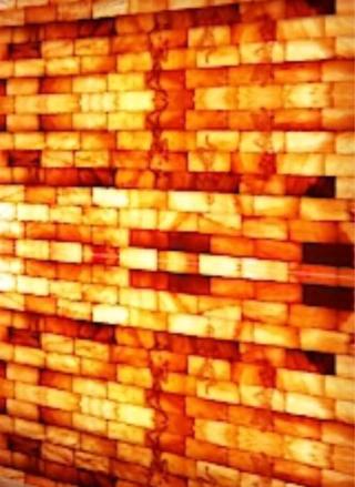 Salzsteinwand in einem Salzraum, einer Salzgrotte oder einer Salzstein-Sauna: Heilkraft bei Atemwegserkrankungen.