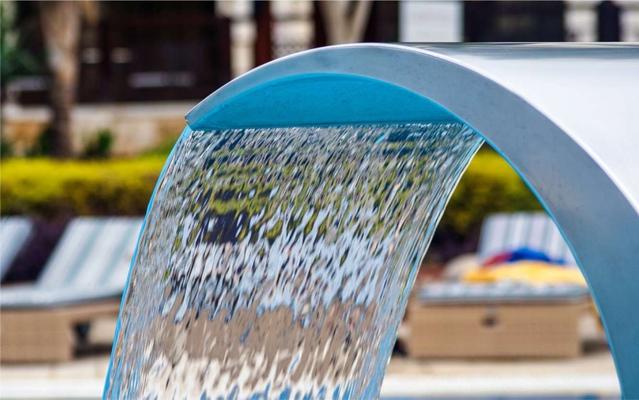 Genießen Sie die zarte Massage eines Wasserfalls oder einer Schwallbrause an Ihrem Pool zu Hause.